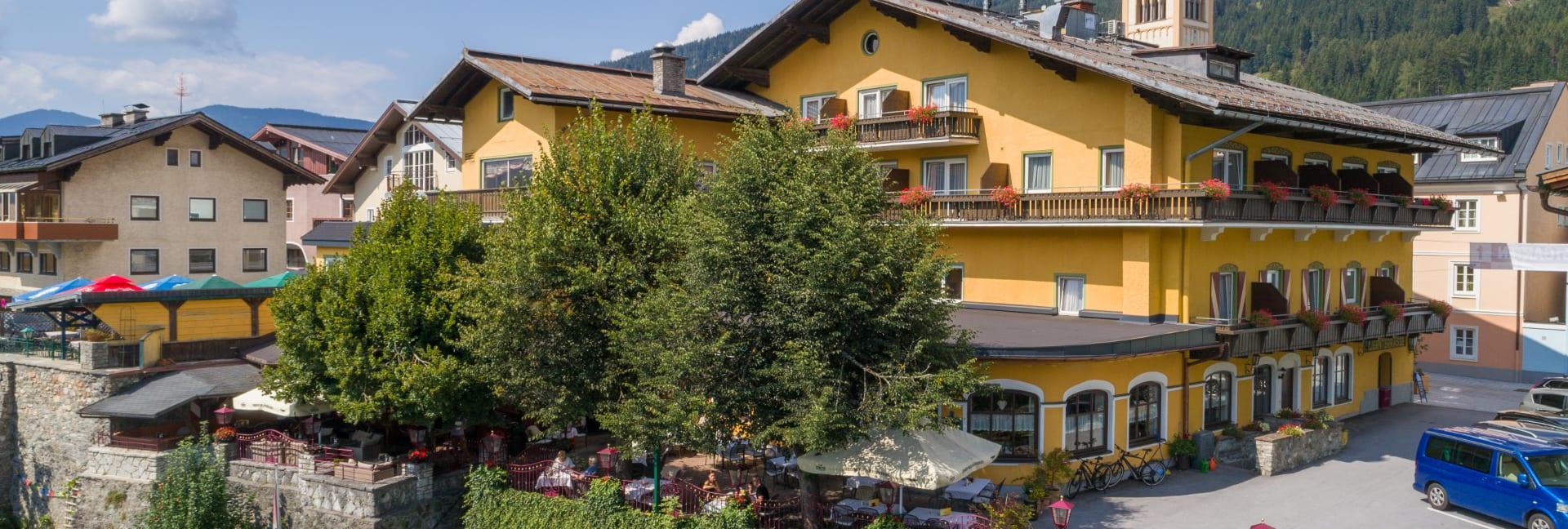 Hotel Stegerbräu mit seinem Restaurant und großem Gastgarten mit  3 Linden auf der Rückseite des Hauses