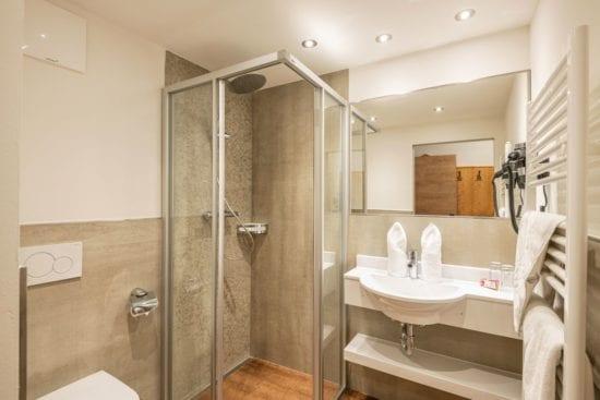 Die neuen Badezimmer präsentieren sich schlicht und modern