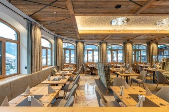 Große Panoaramafenster bieten einen tollen Ausblick vom Bräusaal auf die umliegende Bergwelt