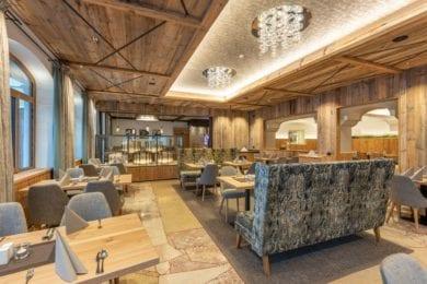 Viel Holz, warme Farben und gemütliche Möbel sorgen für ein Wohlfühlambiente im Bräusaal