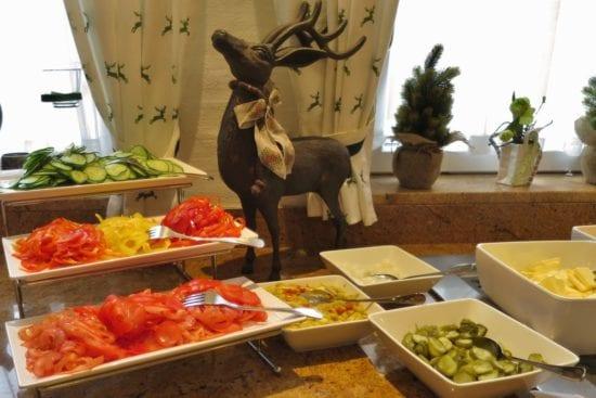Am Frühstücksbuffet gibt es immer frisch geschnittenes Gemüse, dazu noch Essiggurkerl, Pfefferoni oder Perlzwieberl
