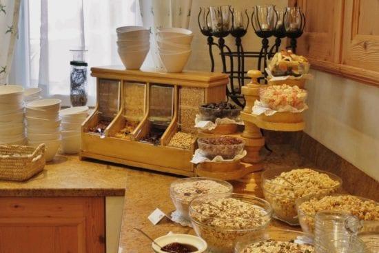 Die Müsliecke bietet neben Cornflakes, diversen Getreideflocken, auch Dörrpflaumen, Rosinen oder Trockenfrüchte