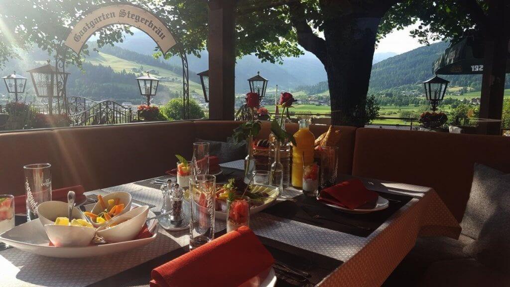 Vom gemütlichen Gastgarten im Gasthof Stegerbräu hat man einen wunderbaren Blick auf die Hohen Tauern