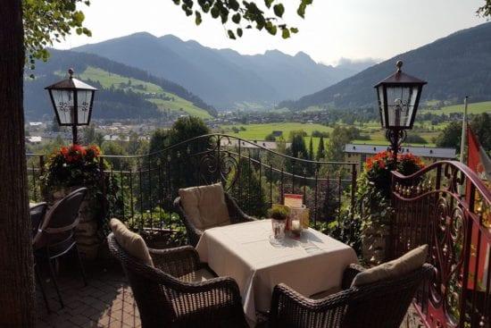 Ein lauschiges Platzerl - der Stegerbräu Gastgarten mit Blick auf die Hohen Tauern