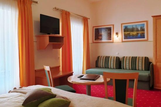 Wohnbeispiel Zimmer Typ Bräu-Komfort mit extra Sofabett für zusätzliche Schlafmöglichkeit 3. Person
