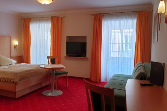 Wohnbeispiel Bräu-Komfort Vierbettzimmer mit Doppelbett und zusätzlich ausziehbarem Sofabett (für 1 Erw. oder 2 Kinder)