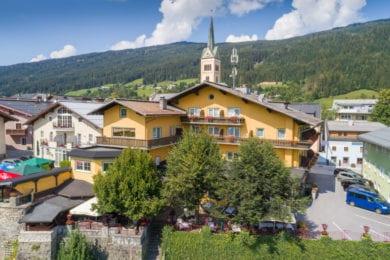 Das Hotel und Restaurant Stegerbräu mit seinem großen Gastgarten