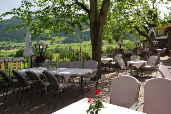 Terrasse mit Ausblick auf die Radstädter Tauern im Gasthof Stegerbräu, Ihr Restaurant in Radstadt