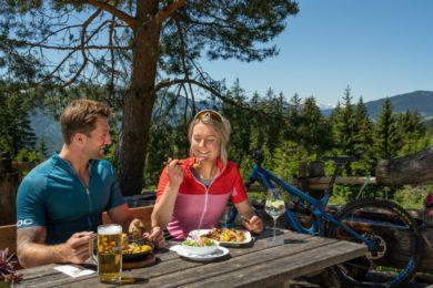 Mit dem Mountainbike auf aussichtsreiche Gipfel und bei der Alm-Einkehr heimische Schmankerl genießen