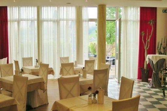Im Panorama-Restaurant kann im Sommer bei Schönwetter auf der Terrasse gefrühstückt werden