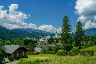 Ortsansicht von Radstadt im Sommer mit Blick auf die weitläufige Berglandschaft