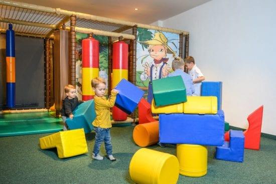 Im Spielzimmer dürfen die kleinen Gäste toben, klettern, bauen. und Spaß haben