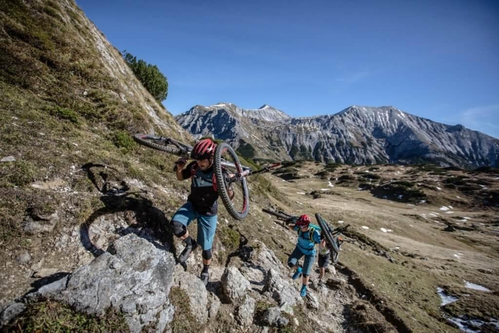 Bei der Tauernüberquerung muss auch mal das Mountainbike getragen werden