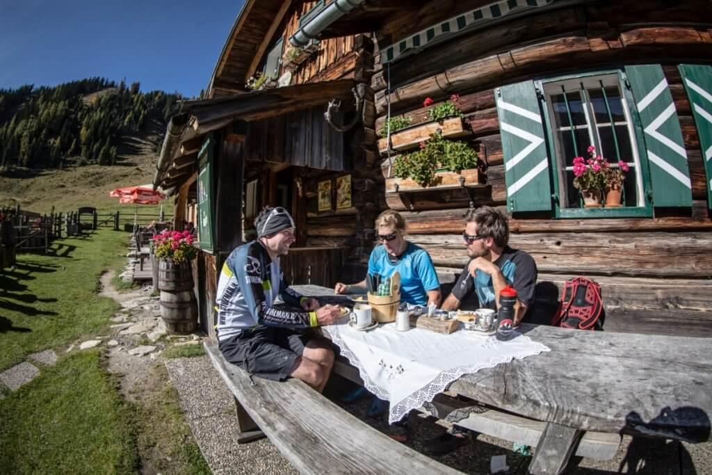 Gemütliche Einkehr auf der urigen Hütte bei den Hiinteren Gnadenalmen