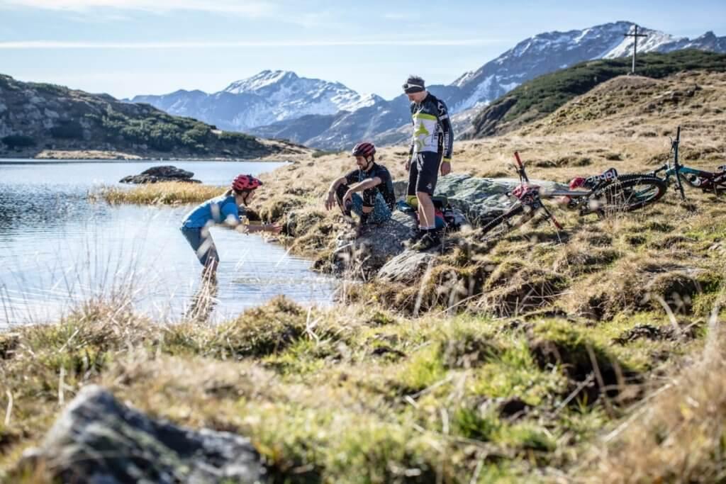 Mountainbike Pause am idyllischen Oberhüttensee mit Erfrischung im kühlen Nass