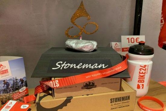Die Stoneman Trophy inklusive Trophäensockel lässt sich erweitern. Die Steine gibt es je nach bewältigter Tour in Gold, Silber oder Bronze.