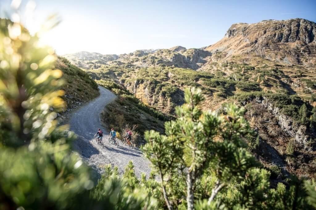 Stoneman Taurista Etappenabschnitt der Königstour - letzter Anstieg vor Oberhüttensee auf Schotterstraße mit Blick auf Gebirgszenerie