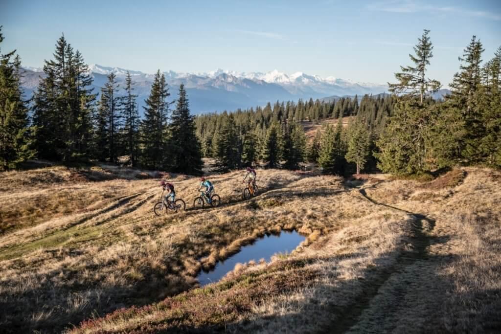 Biker am Rossbrand-Plateau auf 1.768 m mit überwältigendem 360° Panorama