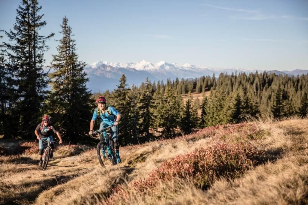 Biker am Hochplateau des Rossbrandes mit unglaublichem Weitblick auf 360° Alpen