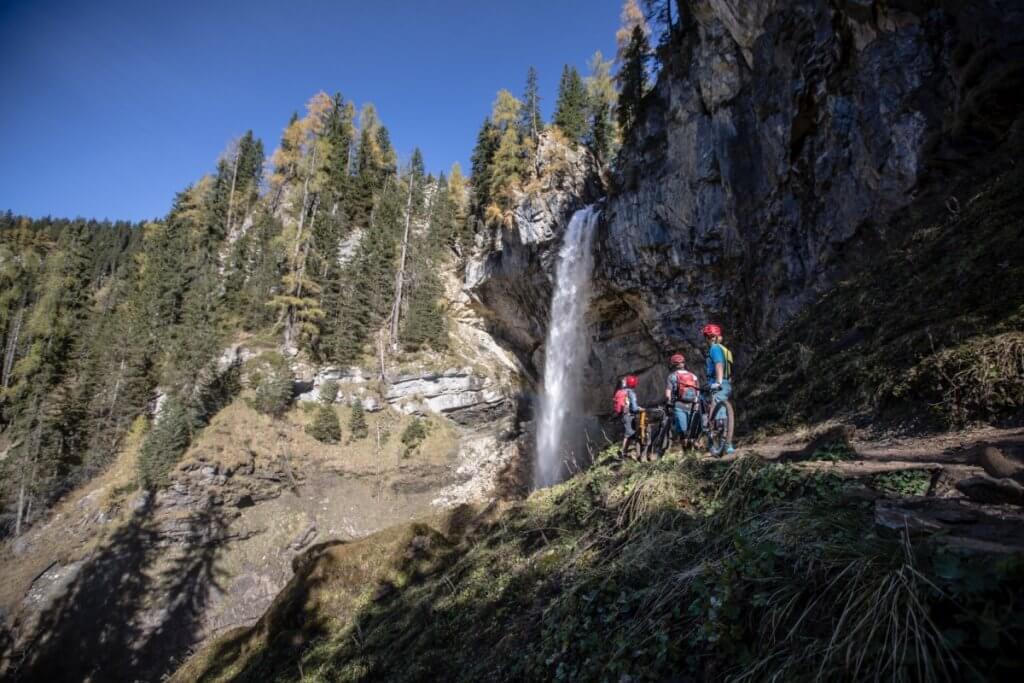 Mountainbiker vor dem Johanneswasserfall auf den Gnadenalmen