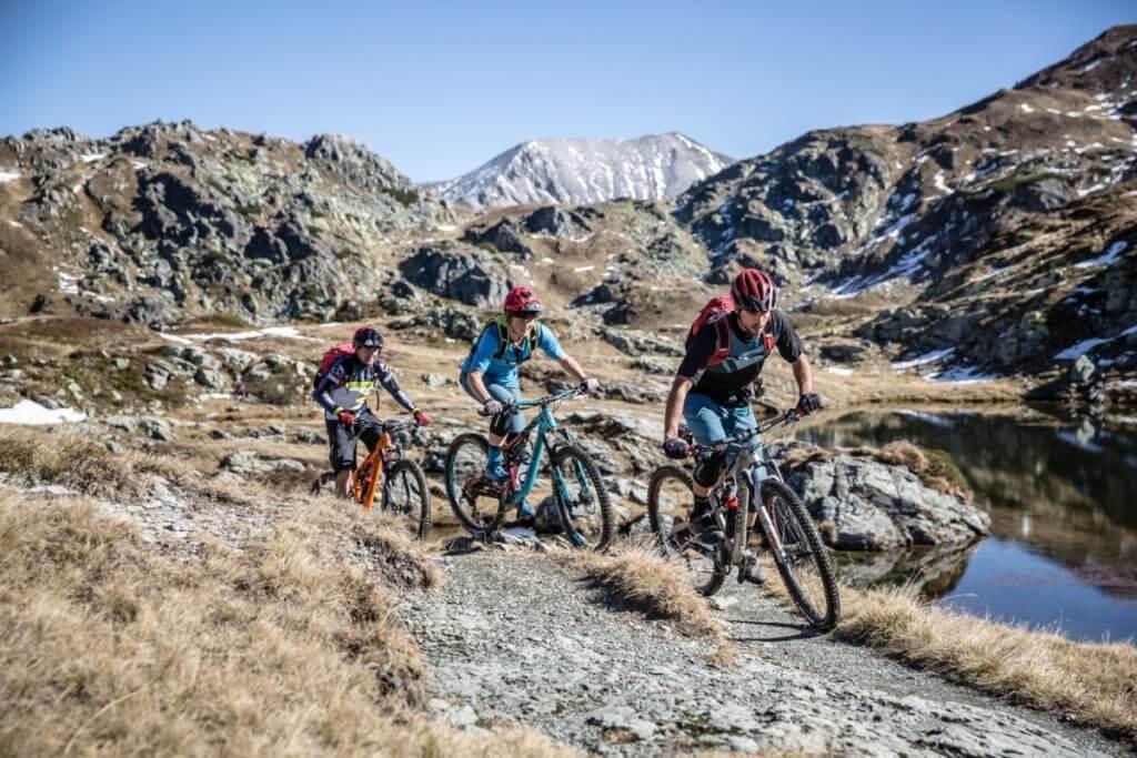 Mountainbiker auf der Trail-Passage über den Tauernpass