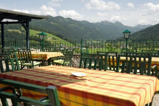 Terrasse des Panorama-Restaurants. Bei Schönwetter kann man draußen das Frühstück genießen mit Bergblick.