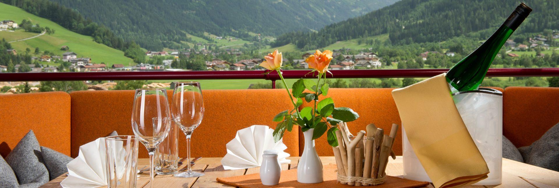 """Der Stegerbräu Gastgarten mit übrerdachter Terrasse, beheizter Laube und schönem Ausbllick lädt zum """"Hock'n bleiben"""" ein"""