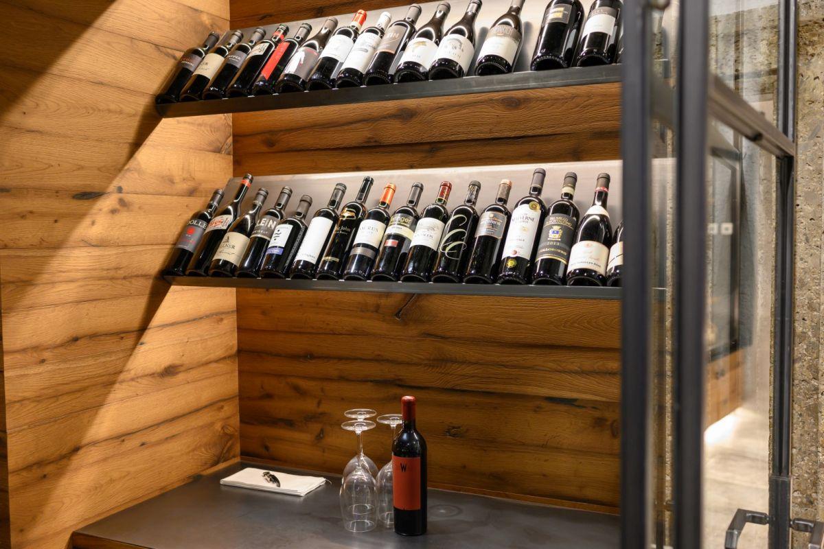 Die Weinvitrine im Restaurant Stegerbräu zeigt eine umfangreiche Auswahl an erlesenen Weinen