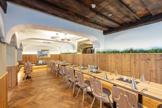 In der Wirtshaus-Stube lassen sich die Tische zu einer großen Tafel zusammenstellen - ideal für private Feiern