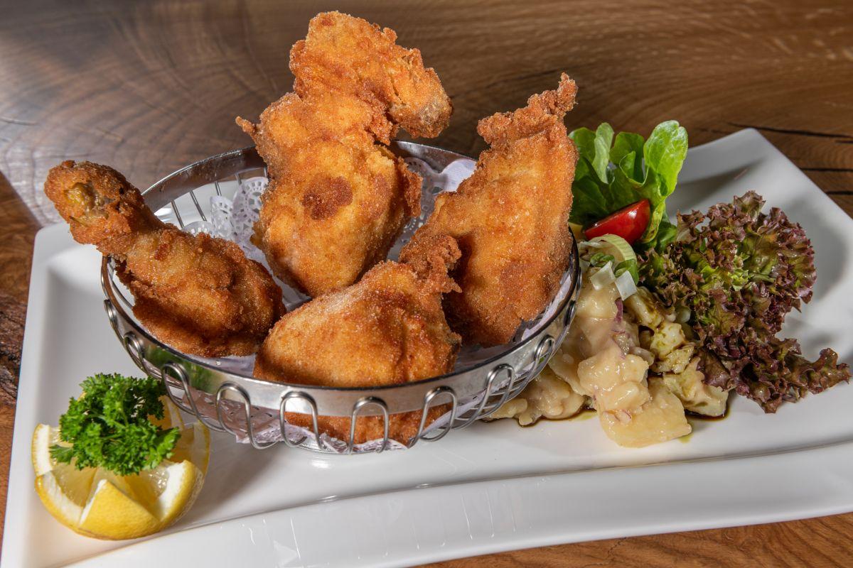 Das Backhendl wird im Stegerbräu traditionell mit Kartoffelsalat und Kernöldressing serviert