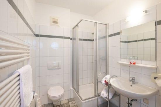 Das Bild zeigt ein Bad der Zimmer im Westflügel, mit Dusche/WC. Alle sind auch mit Haarfön ausgestattet