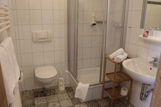 Beispiel Badezimmer mit Dusche/WC der Zimmer im Westflügel