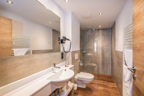 Wo es der Umbau zuließ, wurden die Bäder nicht nur neu eingerichtet sondern auch etwas vergrößert, wie hier als Beispiel für ein Bad eines Doppelzimmers.
