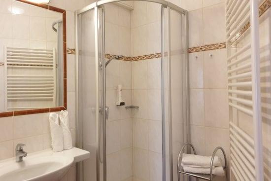 Unsere Badezimmer sind unterschiedlich im Einrichtungsstil. Hier mit Duschkabine. Die WC's in den Badezimmers sind teils getrennt. Alle verfügen über einen Haarfön und auch über Duschgel.