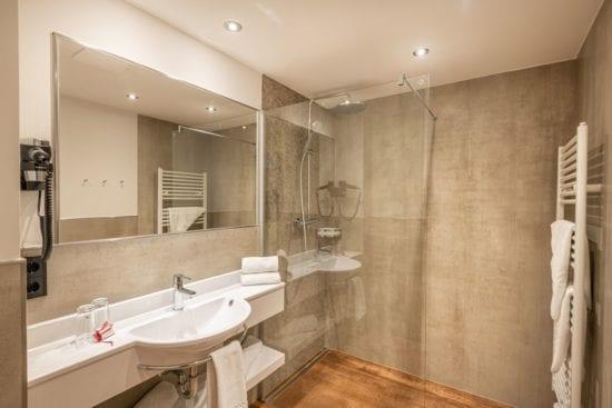 Beispiel für ein neues Badezimmer eines Vierbettzimmers im 2. und 3. Stock