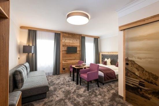 Seit Frühjahr 2019 zeigen sich die Zimmer im rechten Teil des Hauses mit einer alpin-eleganten Zimmereinrichtung. Die Zimmer gibt es als Doppel-, Dreibett- oder Vierbettzimmer