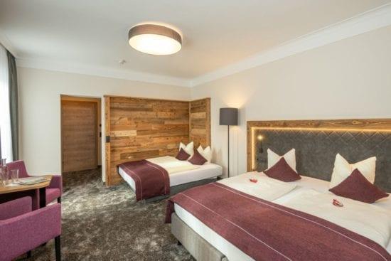 Beispiel für ein Vierbettzimmer im Westflügel mit Doppelbett und zusätzlich ausziehbarem Doppelschlafsofa (für 1 Erw. und 2 Kinder)