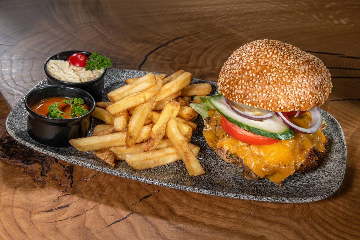 Die Stegerbräu Speisekarte bietet auch eine Auswahl an Burger mit knusprigem Sesambrötchen und Texas Sauce