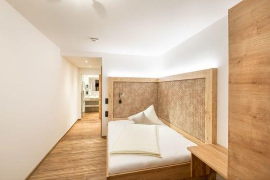Teilansicht eines Einbettzimmers mit grand lit Bett (Matratzenbreite 140cm). Auch geeignet für Single mit Kind oder für ein junges Paar.