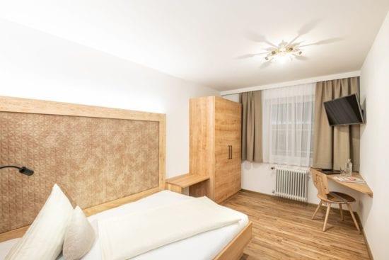 Einbettzimmer mit grand lit Bett (Matratzenbreite 140 cm). Auch möglich für Single mit Kind oder für ein junges Paar.