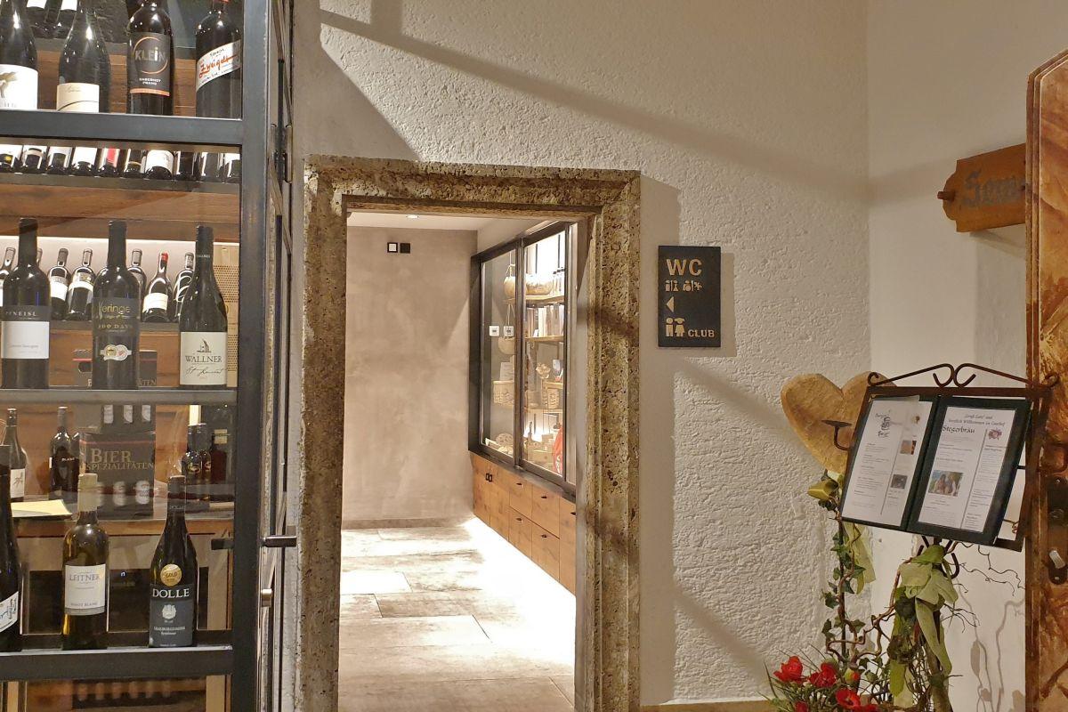 Das WC im Restaurant Stegerbräu erreichen Sie barrierefrei im Erdgeschoss, direkt vor dem Restaurant-Eingang