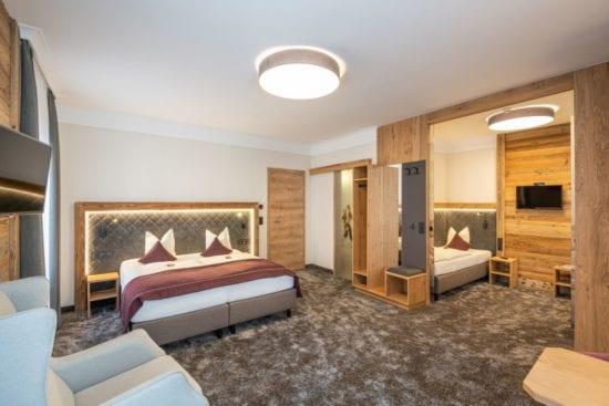 Ansicht des Familienzimmers mit Doppelzimmer, getrenntem Schlafbereich und einem gemeinsamen Badezimmer