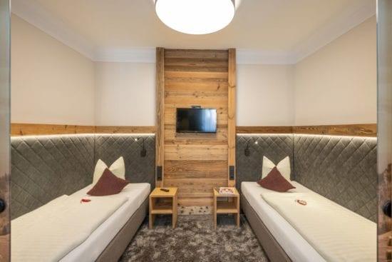 Das Bild zeigt den getrennten Schlafraum mit 2 Einzelbetten unseres Familienzimmers, vom Doppelzimmer durch Schiebetüre getrennt