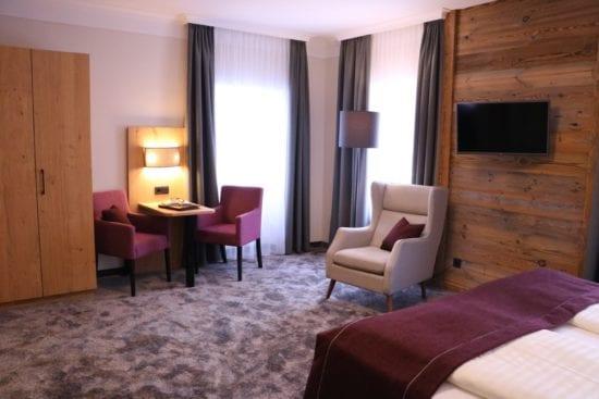 Die Zimmer im rechten Teil des Hauses haben ein neues Outfit, alpin-elegant mit Holzelementen und Boxspringbetten