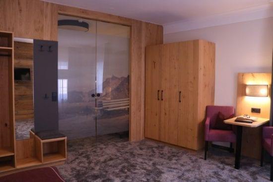 Teilaufnahme vom Familienzimmer - Blick auf den durch Glasschiebetüre getrennten Schlafraum