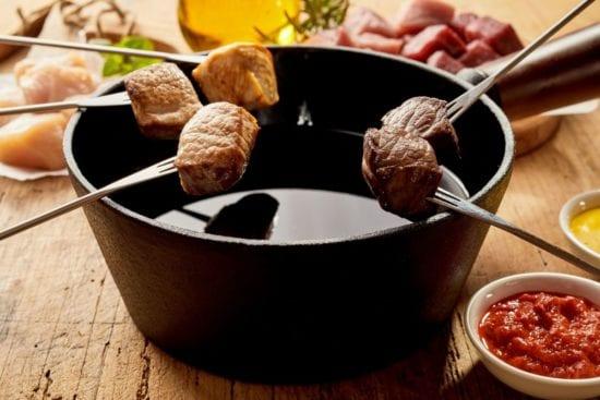 Auf Voranmeldung einen kulinarischen Abend mit Fondue Chinoise im Bräustüberl genießen