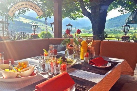 Bei Schönwetter genießen unsere Gäste das Frühstück im schönen Gastgarten.