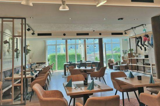 Das Frühstücksrestaurant - modern eingerichtet, Panoramafenster, Terrasse