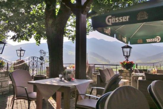 Der Gastgarten im Stegerbräu bietet gemütliche Lounge-Ecken, eine überdachte Terrasse, herrlichen Ausblick