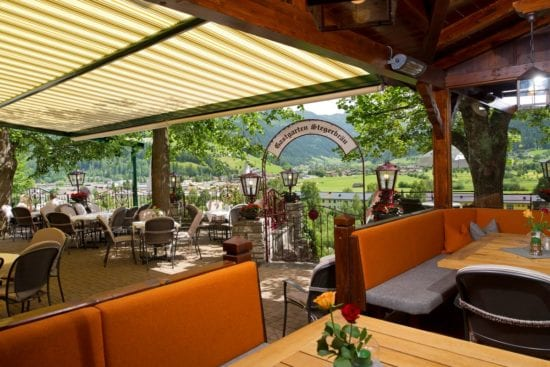 Ein urgemütlicher Platz - der große, überdachte Gastgarten im Hotel - und Restaurant Stegerbräu.